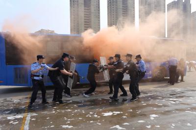 车厢燃烧几秒种就能扑灭大火  公交车应急处置能力让人开眼界