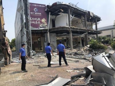 镇江新区一占地900多平方米违建被依法强制拆除