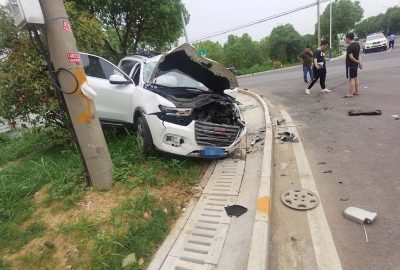 同一路口相继发生事故  安全行车不能当作儿戏