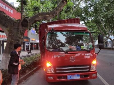 运河路一货车被歪脖树卡住  车厢受损预计上万元