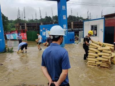 工地工棚被暴雨围困 警民合力围起护坝