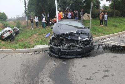 通过无灯控路口未减速 两车猛烈相撞惊魂一刻