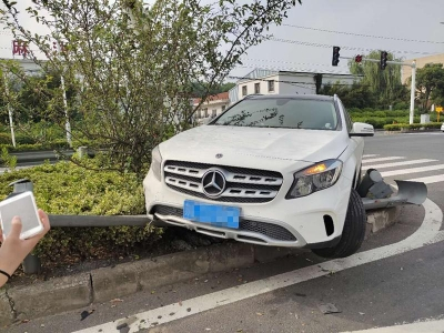 不按规定车道行驶 小轿车飞速骑上防护栏