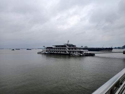 镇江持续暴雨长江水位大幅上涨,海事部门向过往船舶发出警告
