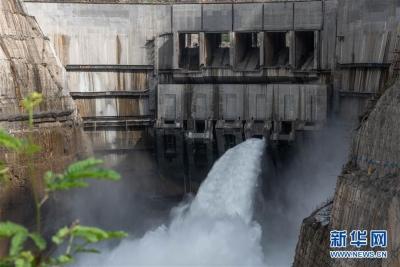 乌东德水电站首批机组投产发电