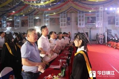 又到一年毕业季,镇江枫叶202名学子人均收获3.67份录取通知书