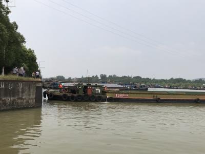 散货船发生碰撞漏水又漏油,亟待救援…… 我市成功举行内河水上搜救应急演练