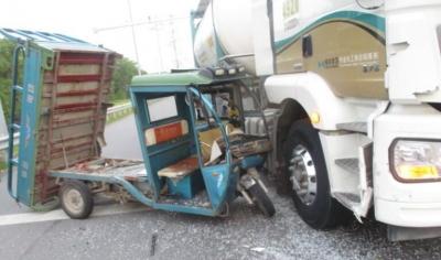 无人驾驶!电动三轮车把货车撞了