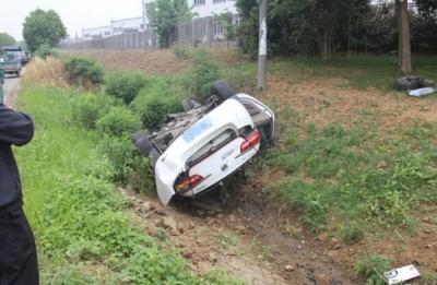 通过无灯控路口未减速 两车相撞惊魂一刻