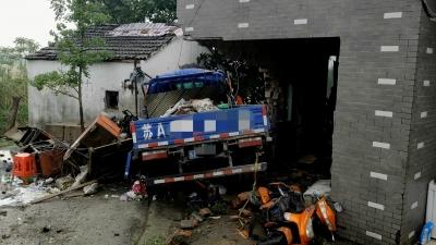 惨!两车相撞后货车撞向房屋致女子殒命