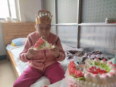 镇江一百岁老人庆生,平时爱吃鱼和素