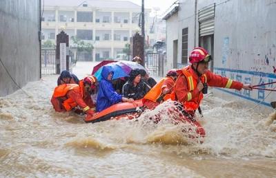 """新时代应急人好样子丨江西抗洪一线 他们为群众托起洪水上的""""救援之舟"""""""