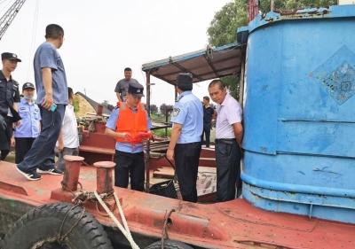 """扬中警方联合多部门开展""""三无""""船舶整治清理行动"""