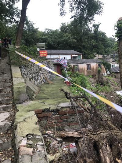 连日阴雨,宝盖山北侧山体出现滑坡  拉起警戒线,六户居民已紧急撤离