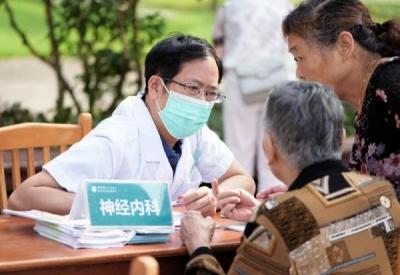 坚持党建引领 助力全民健康  镇江四院进社区举行大型义诊