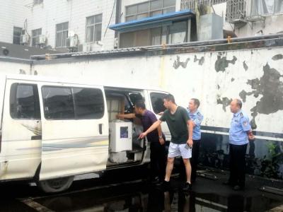 """7座金杯面包车改装成""""黑车""""加油 两个塑料桶罐装了1.2吨汽油兜售"""