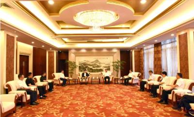 马明龙、顾万峰会见来镇参加理想信念教育活动的民营企业家代表
