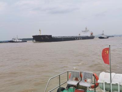 满载煤炭的巨轮直冲码头   原是洪峰来势凶猛,所幸有惊无险