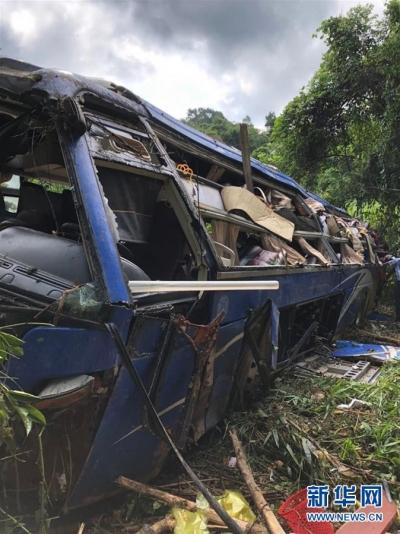 越南一客车坠入山谷致5死35伤