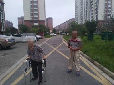 折腾了大半夜将走失老人送回家,民警终于松了一口气