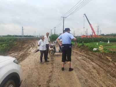 【连日暴雨导致田地被淹,民警撸起裤腿及时处置,帮助村民挽回损失】