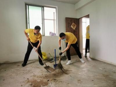"""一条""""特殊家庭""""的微信引发爱心故事  丹阳10多名学子帮打扫家长捐款支持"""