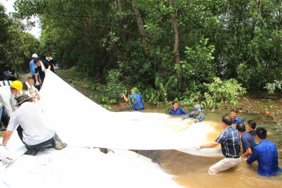 他们跳入齐腰的水中,只为堵住管涌守护家园 ——镇江新民洲东滩圩堤再次抢险