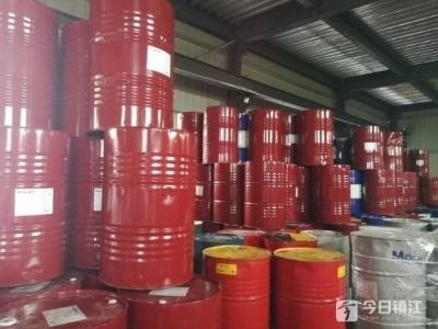 丹阳民警检查发现假冒品牌润滑油,一座仓库就藏了500多桶