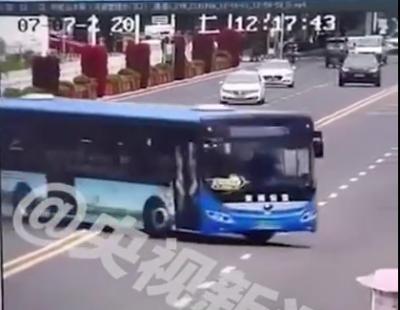 监控还原贵州安顺公交车坠湖瞬间 驾驶员驾龄超过20年