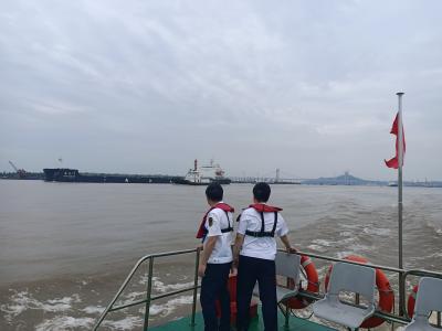 洪峰汹涌,长江镇江段持续超警戒水位 我市打响重点水域安全保障战