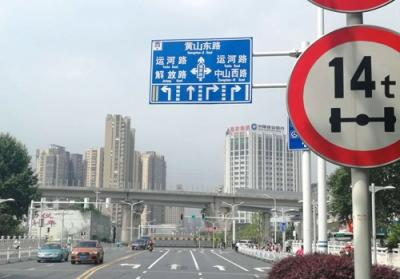 健康路运河路交叉口:这里的道路指示牌错了!