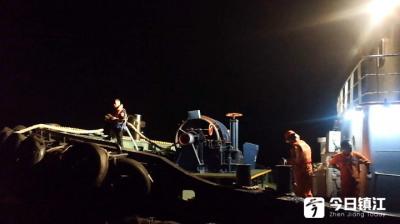 长江上两艘货轮意外缠住遇险 海事部门施救终解困