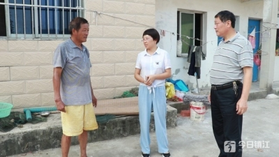 """两村民洗衣滑落水塘 59岁老党员""""单手""""救人"""
