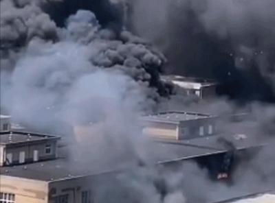 安徽合肥一物流园突发火灾 现场浓烟滚滚 17辆消防车正扑救