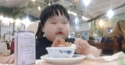 """愤怒!3岁女孩被父母喂到70斤当""""吃播""""赚钱?平台最新回应"""