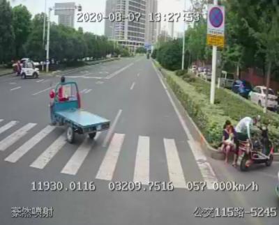 母女骑电瓶车摔倒 公交司机热心搀扶