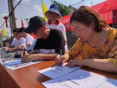 遗体捐献宣传进村,夫妻现场填登记表
