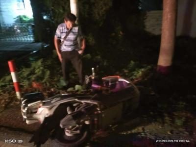 男子深夜醉酒睡在路边  丹徒交警助其安全回家