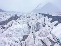 鸟瞰长江源最雄伟的冰川——岗加曲巴冰川