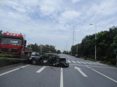 轿车横过马路未让行与货车相撞,监控记录下惊险一刻