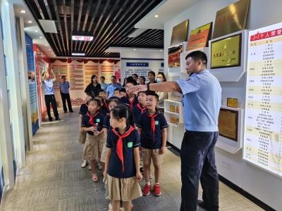 南师大附小师生及家长代表走进丁卯派出所参观学习