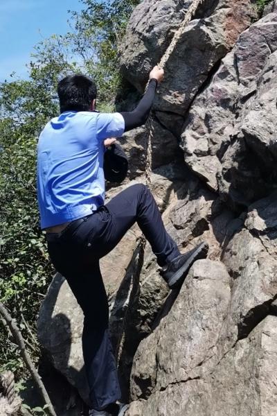 争分夺秒!男子被困悬崖峭壁,民警3小时紧急救援