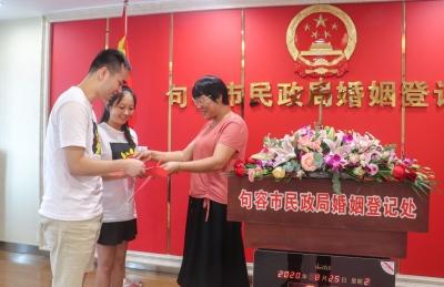 """贤人颁证  为爱领航     浪漫""""七夕""""道德模范向新人传递好家风"""