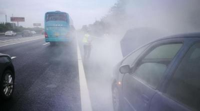 车辆高速上突然发生巨响 交警紧急救助化险情
