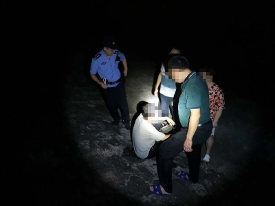 男子深夜跳河,民警下水奋力救援