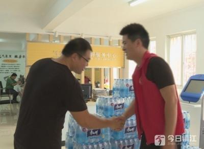 你们辛苦了!社会组织捐500箱饮用水给志愿者