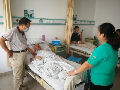 失独老人住院前泪奔 志愿者抚慰解其痛苦