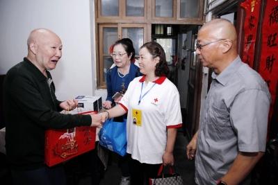志愿者陪捐遗成功者家属过节