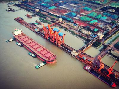 超大型海轮停靠镇江港助推经济发展  一个泊位接待64艘创新纪录