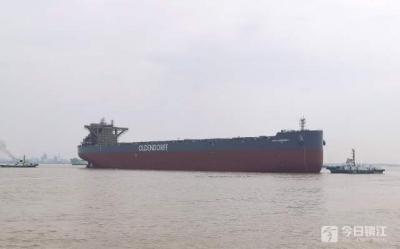 """船长近300米,型深24.9米 新造""""巨无霸""""海轮镇江水域出坞"""